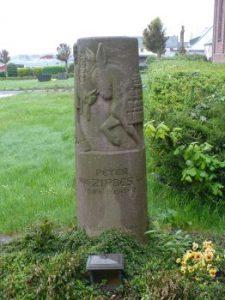 Das Grab des berühmten Eifeldichters auf dem Friedhof in Landscheid und die Grabinschrift auf der Rückseite